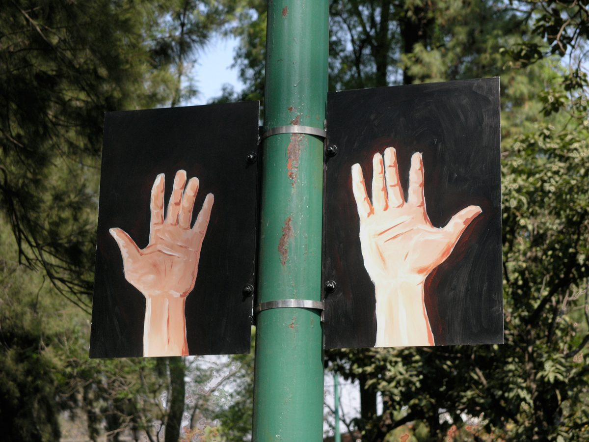 "<i>Hands Ears</i>, 2006 – Empty Hands, installation view, Hands Ears, Parque de Tlalpan, 2006 <span class=""photo-credit""> – Y <a href=""http://paullitherland.com/artsite_wp/wp-content/uploads/LitherlandHandsEars2005-004-1200x900.jpg"" target=""_blank""><img src=""http://paullitherland.com/artsite_wp/wp-content/themes/artpress-child/img/artworkDownloadImg.png"" title=""télécharger image / download image"" /></a>"