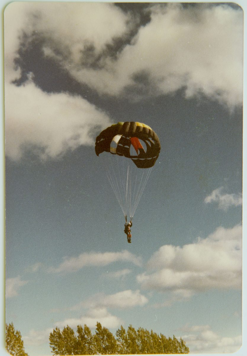 <i>1st jumps 1979 at Gananoque, Ontario</i> – One of my first jumps at Gananoque Sport Parachuting in 1979, 2017 <a href='https://paullitherland.com/artsite_wp/wp-content/uploads/1979-10-08PaulJumpGananoque-834x1200.jpg' target='_blank'><img src='https://paullitherland.com/artsite_wp/wp-content/themes/artpress-child/img/artworkDownloadImg.png' title='télécharger image / download image' /></a> <!-- <a href='' target='_blank'> <img src='/img/artworkPermalinkIcon.png' title='permalink to photo' /></a> -->
