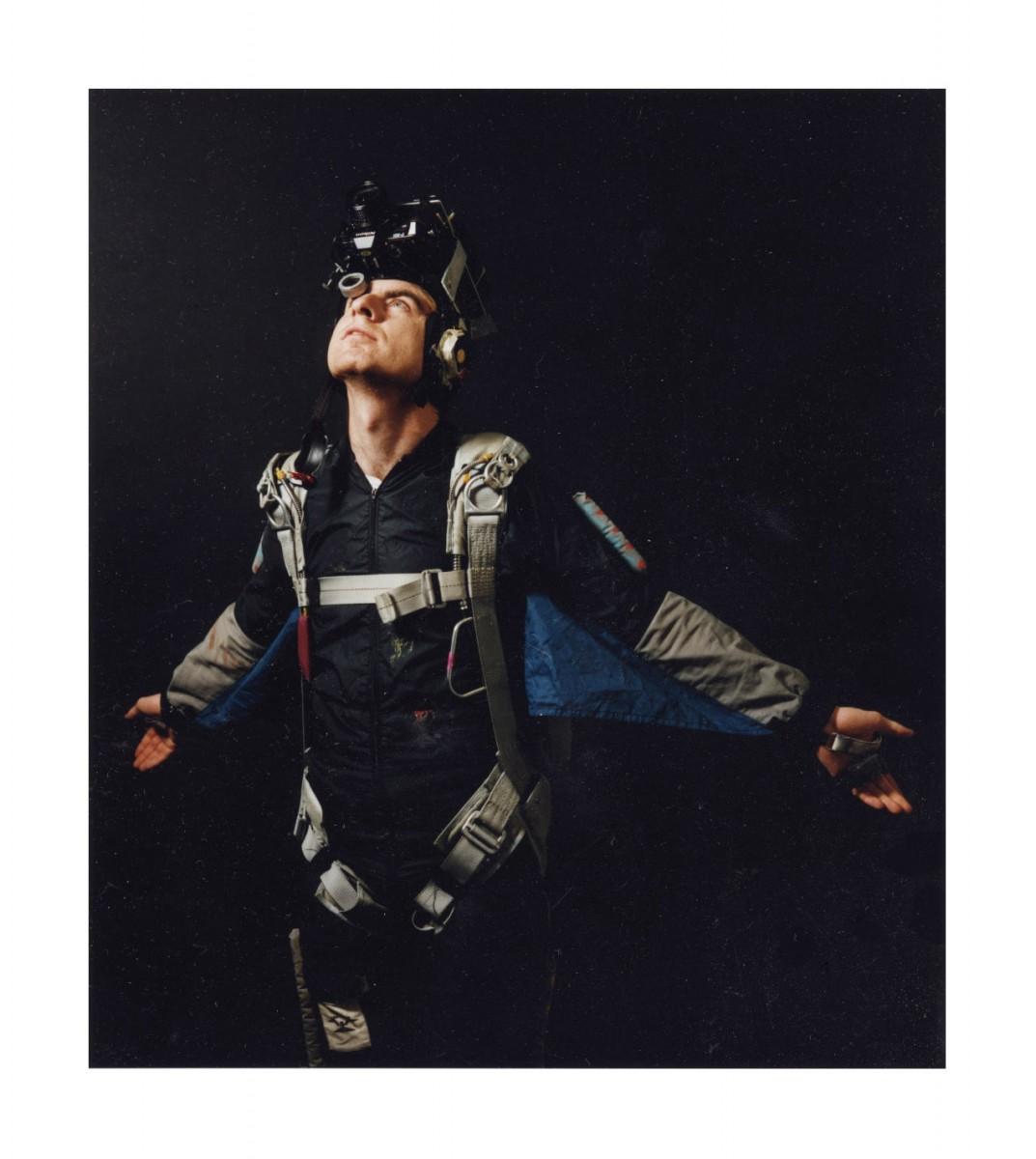 <i>Skydiving Cameraman</i> – Skydiving Cameraman, 1993 <a href='https://paullitherland.com/artsite_wp/wp-content/uploads/PaulLitherland_1993_015_Souvenirs_skydivercamera-1073x1200.jpg' target='_blank'><img src='https://paullitherland.com/artsite_wp/wp-content/themes/artpress-child/img/artworkDownloadImg.png' title='télécharger image / download image' /></a>
